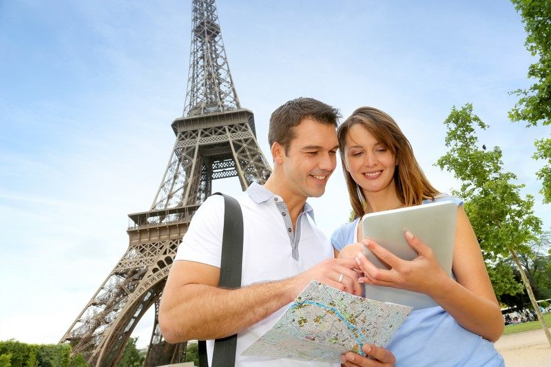 tourists-using-electronic-tablet-in-front-of-the-eiffel-tower