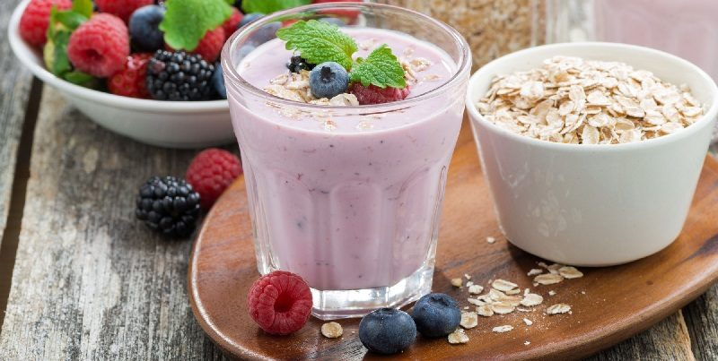 berry-smoothie-with-oatmeal-in-a-glass-on-wooden-table