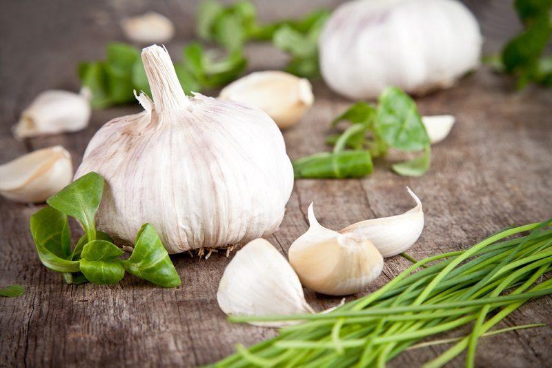 fresh-garlic-on-wooden-table-2