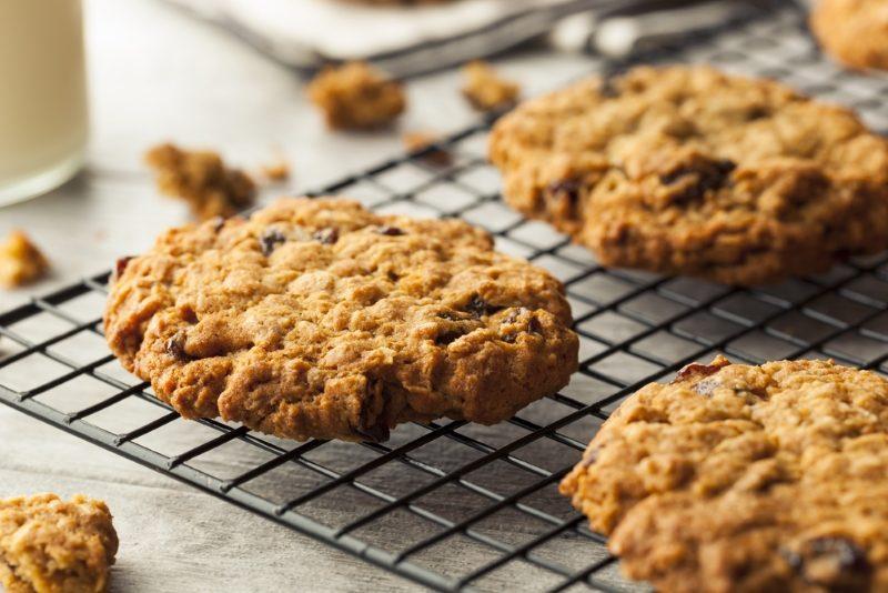 homemade-oatmeal-raisin-cookies-ready-to-eat-2