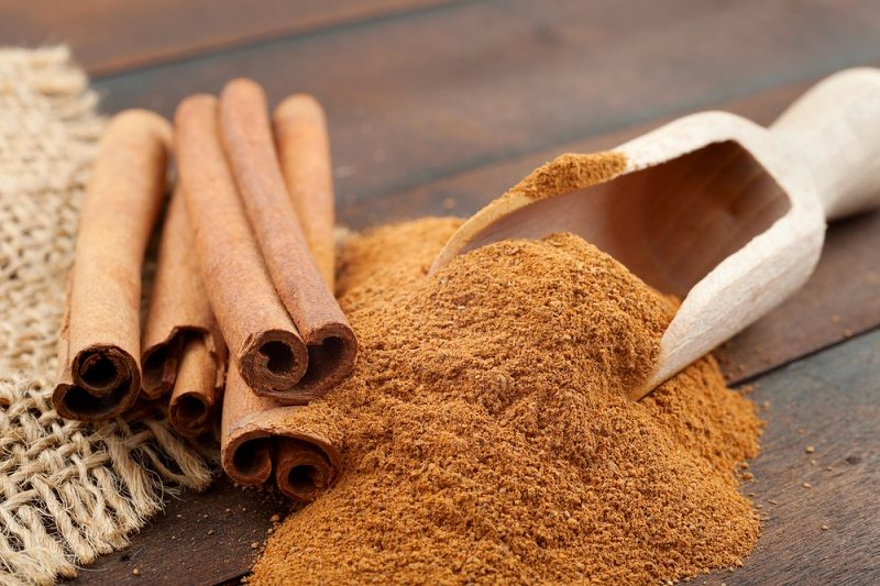 cinnamon-sticks-and-cinnamon-powder-in-wooden-scoop