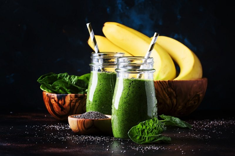 healthy-detox-green-smoothies-with-spinach-banana-and-chia-seed
